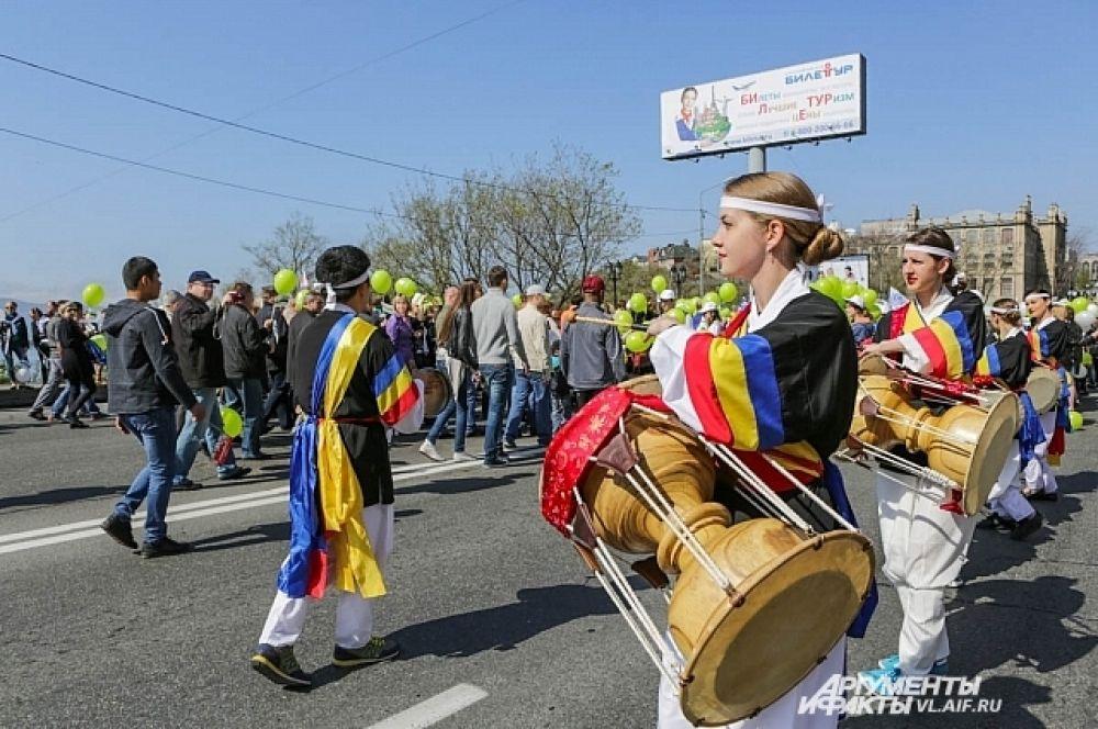 Под ритм барабанов шаг у демонстрантов становился чётче.