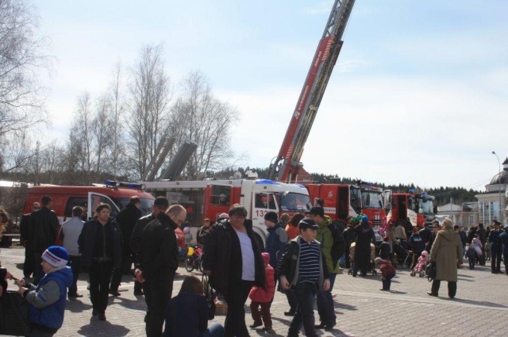 По традиции на площади развернулась выставка пожарно-технического вооружения Ханты-Мансийского гарнизона пожарной охраны 7-го отряда федеральной противопожарной службы по автономному округу.