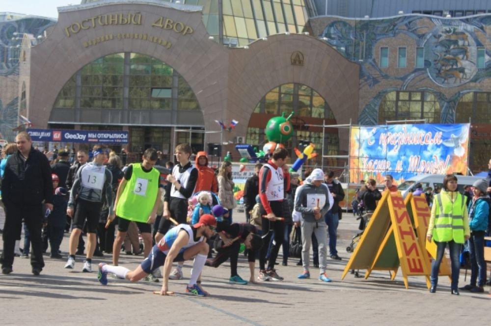 Особый интерес у хантымансийцев вызвала праздничная легкоатлетическая эстафета, маршрут которой пролегал от центральной площади по улице Мира до улицы Строителей и обратно.