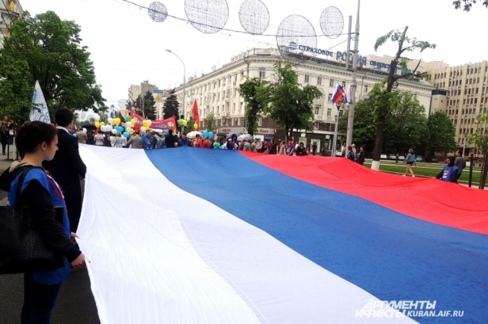 Этот огромный триколор стал «изюминкой» нынешней демонстрации.