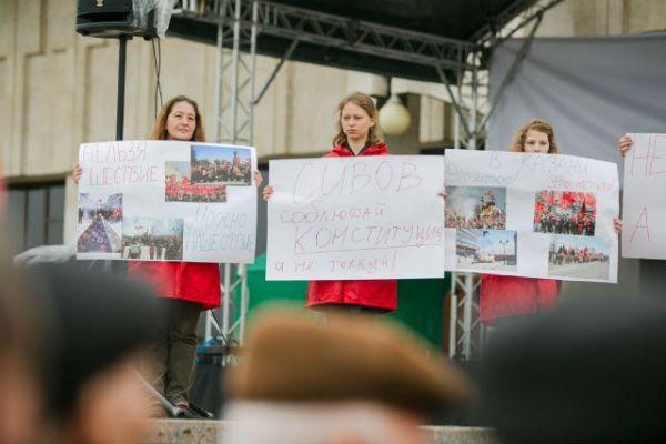 Пикетирующие вышли на митинг не только с традиционными для Первомая лозунгами о мире и труде, но и с плакатами, в которых выразили недовольство политической ситуацией в стране