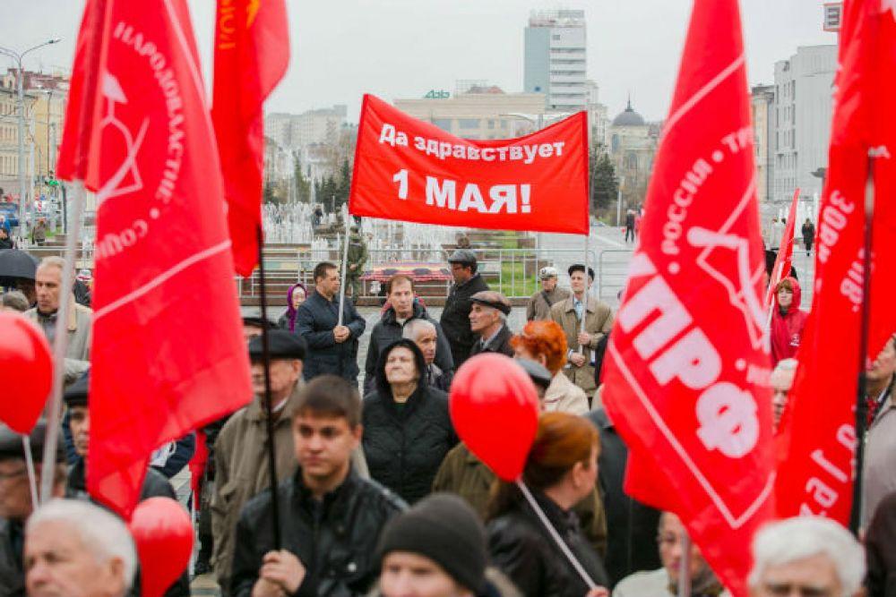 Митинг КПРФ начался сегодня в 10.00 на площади перед театром Галиаскара Камала – на акцию собрались порядка 250 человек