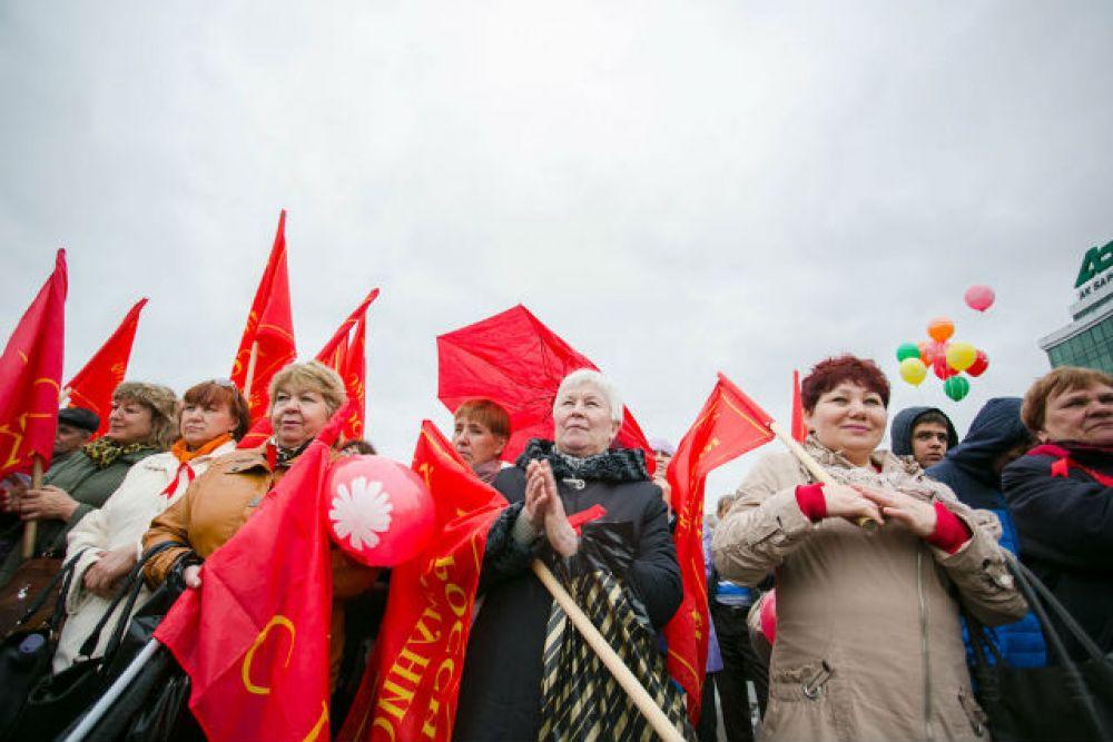 Митингующие вышли с лозунгами:«Нет планам растления, развращения, ограбления и уничтожения России»