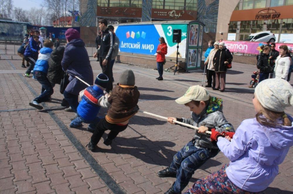 Разнообразные мероприятия организаторы праздника приготовили для детей - юные ханты-мансийцы приняли участие в различных играх.