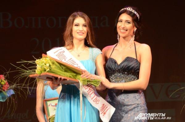 Первая вице-мисс Барбара Лакич, студентка Волгоградского государственного университета, и победительница прошлогоднего конкурса Юлия Яремчук.