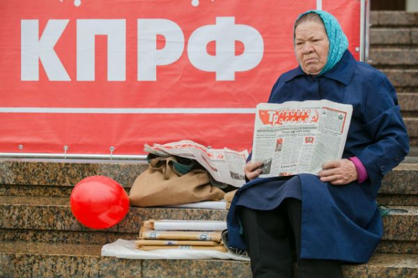 Некоторые пожилые люди пришли с газетами времен СССР