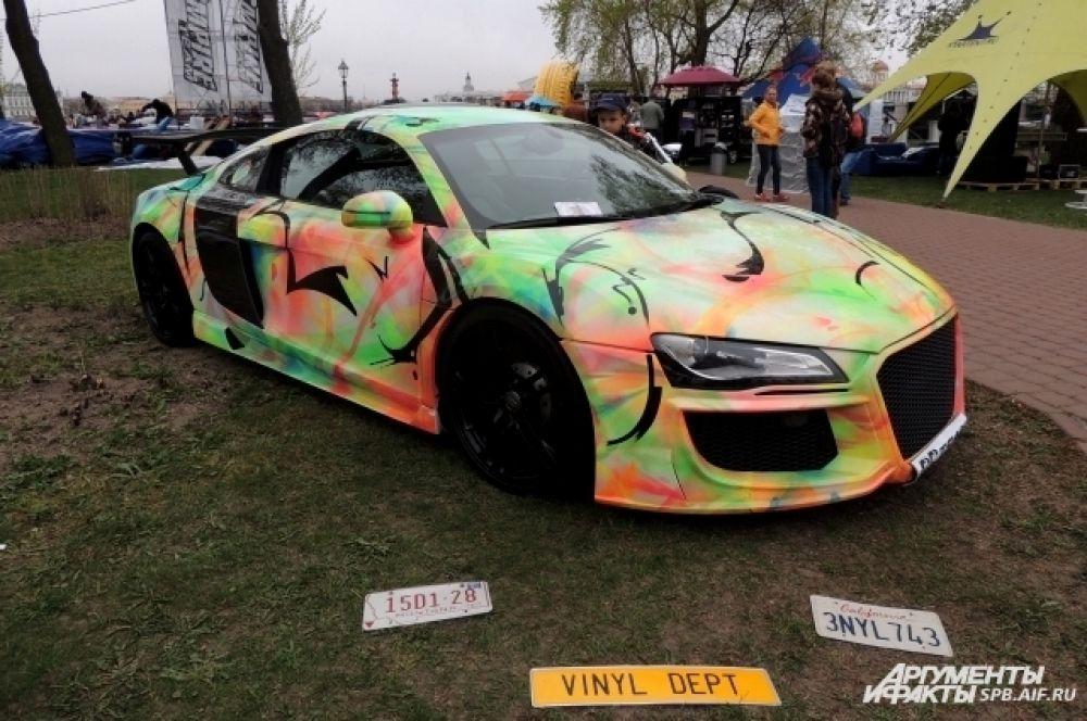 Audi R8 покрасили в разные цвета