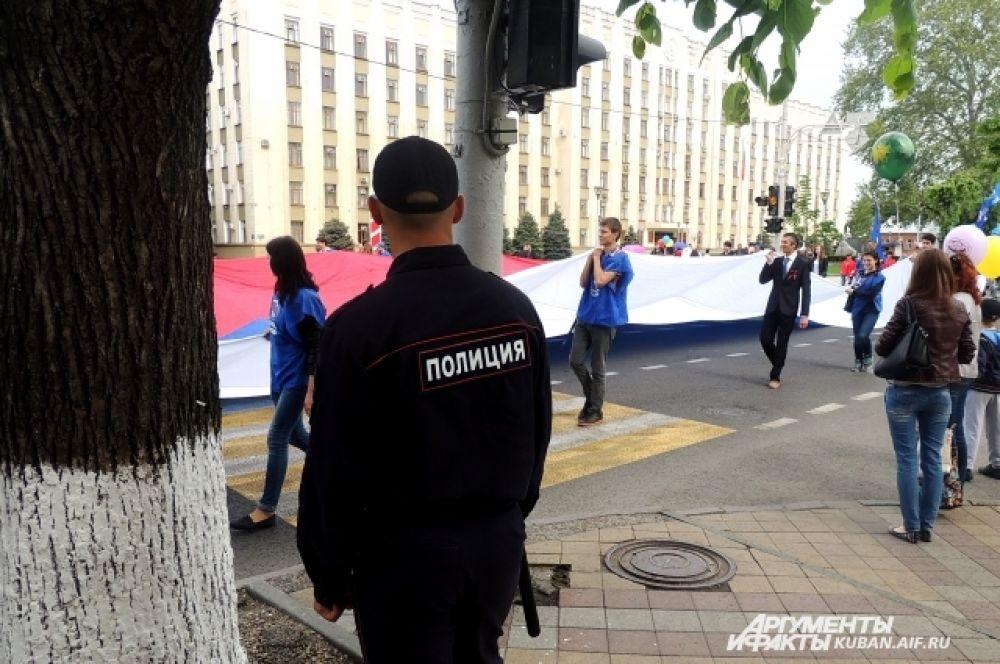 Демонстрантов охраняли стражи порядка.