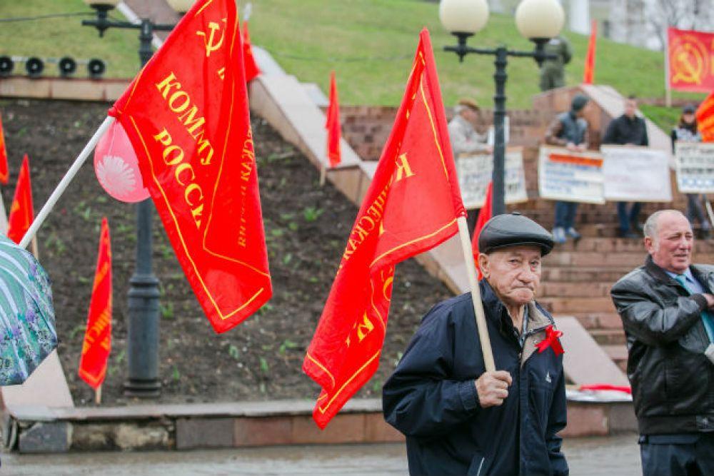 «Коммунисты России» митинговали у памятника Муллануру Вахитову, а затем провели шествие до площади Свободы
