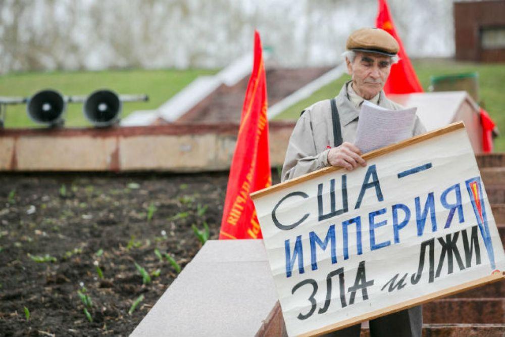 Недовольные санкциями США, митингующие вышли с плакатами «США – империя зла и лжи»