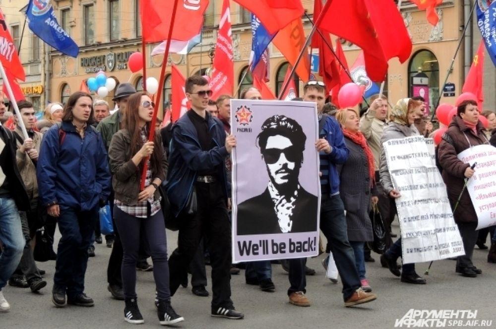 Коммунисты пронесли плакат с изображением Сталина в солнечных очках