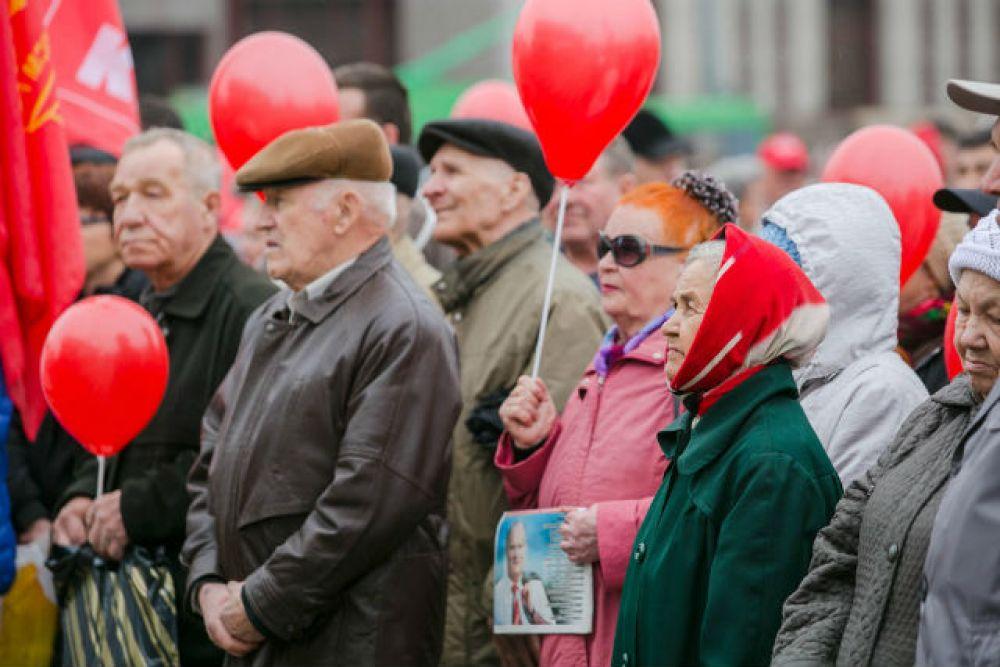 Митинг КПРФ у театра им. Г. Камала собрал преимущественно пенсионеров