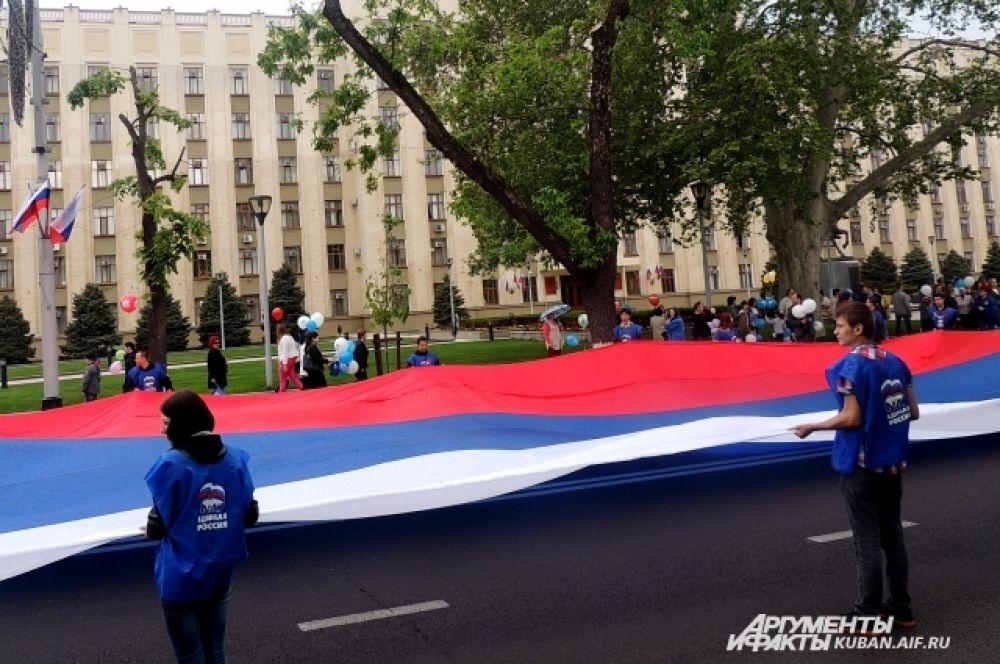 Краснодарцы несут российский флаг размером 20 на 20 метров.