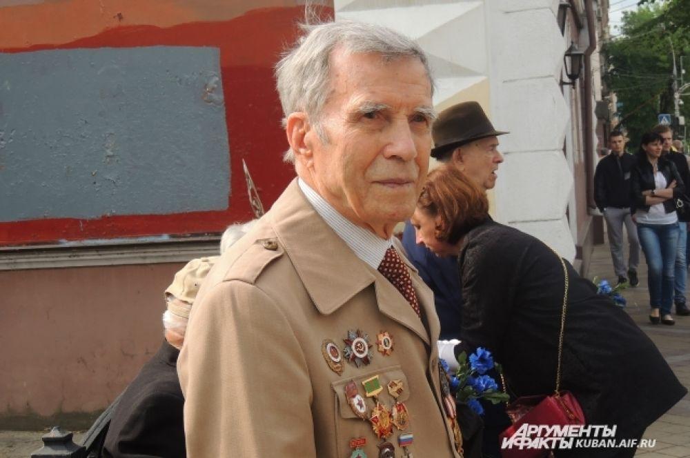 Ветераны с удовольствием прошли по улице Красной.