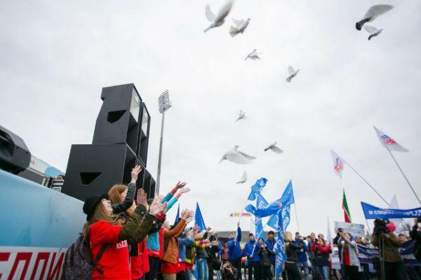 На митинге выступили с концертной программой. В конце акции молодогвардейцы выпустили в воздух белых голубей – символ мира и согласия