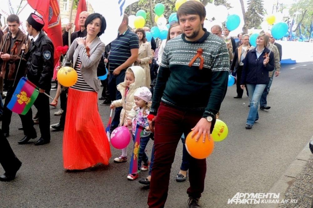 Молодые семьи на первомайской демонстрации.