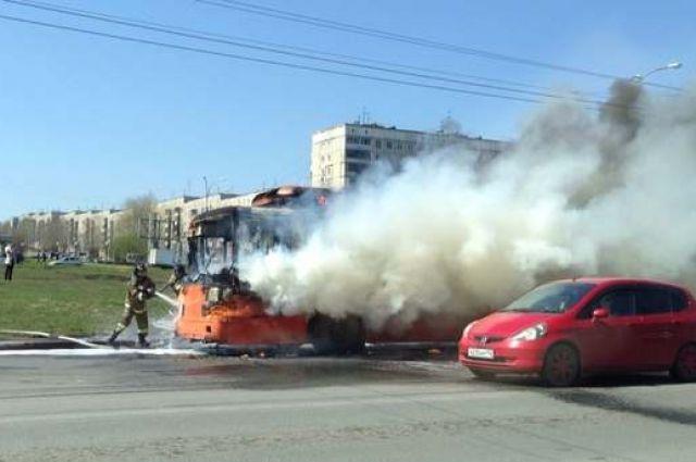 Несмотря на то, что загоревшийся троллейбус тушили два наряда пожарных, троллейбус выгорел почти полностью.