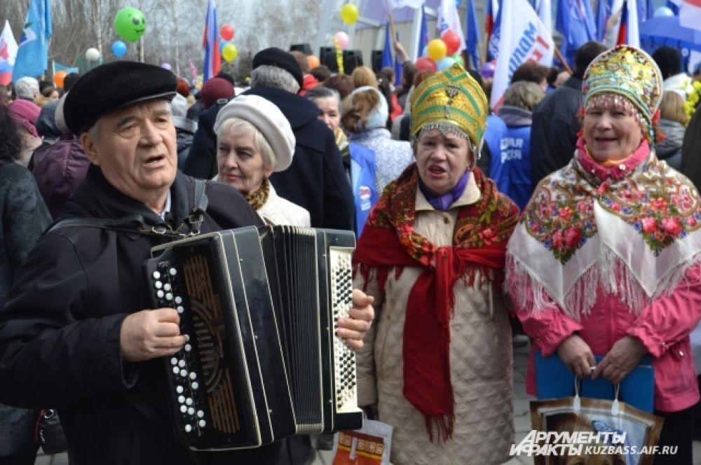 """а, например, ансамбль """"Сударушка"""" из Ленинского района зажигали толпу под аккомпанемент баяна."""