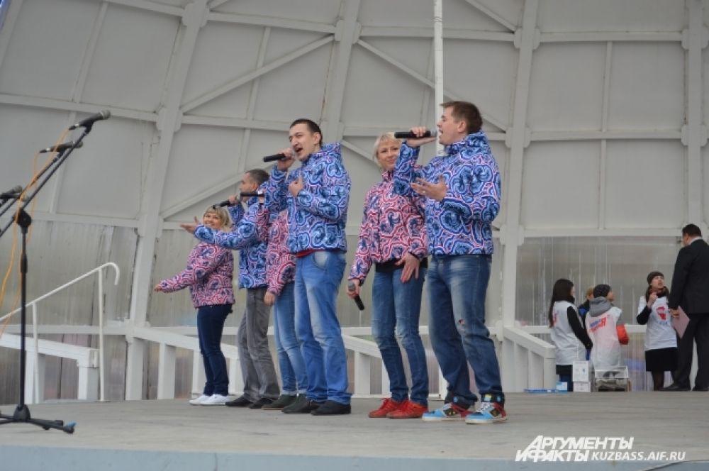 Одни творческие коллективы пели на сцене парка современные песни...
