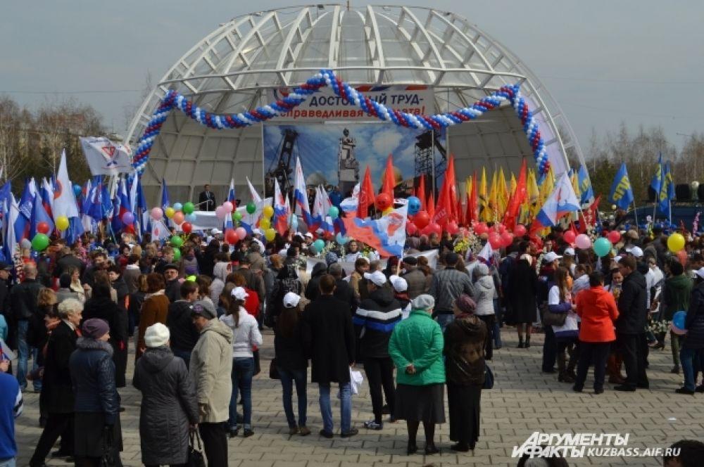 В кемеровском парке им. Жукова собрались представители региональных отделений политических партий и профсоюзных организаций, сотрудники предприятий области, ветераны и студенты.