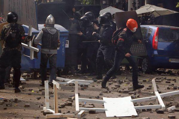 Позже правоохранительные органы разблокировали центр «Афина» и увезли часть находившихся там активистов райотдел для следственных действий.