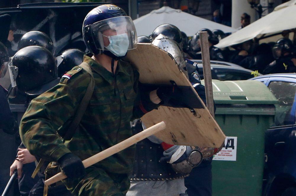 К вечеру беспорядки переместились на Куликово поле, где сторонники унитарной Украины разгромили лагерь Антимайдана.