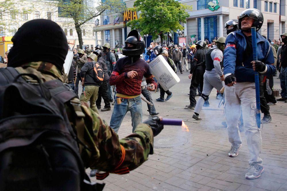 Беспорядки в Одессе начали с того, что торговый центр «Афина», где забаррикадировались антимайдановцы, оказался заблокирован.