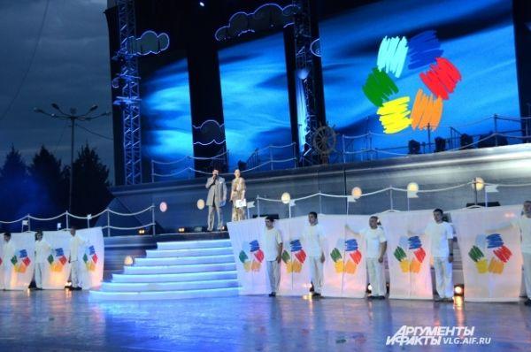 Ведущими открытия выступили народный артист России Артем Каминский и певица Марина Девятова.