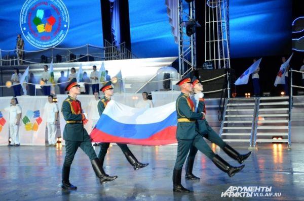 Церемониальная часть началась с выноса военнослужащими Флага Российской Федерации.