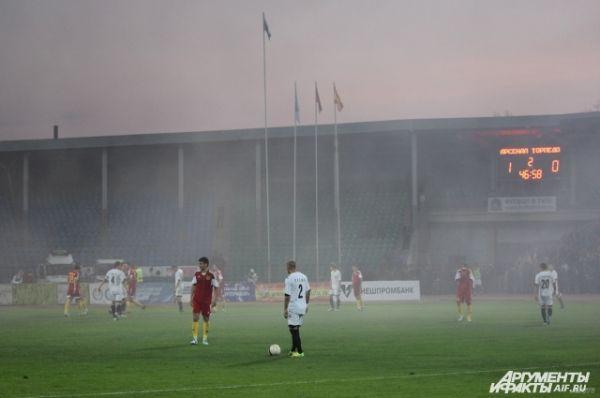 Команды какое-то время играют в дыму.