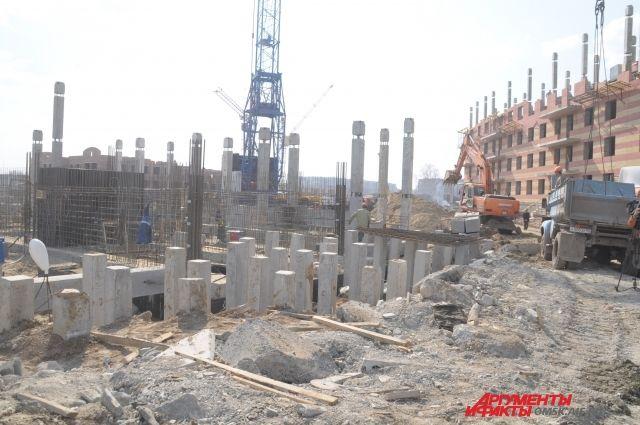 Строительство многих жилых домов в Омске заморожено.