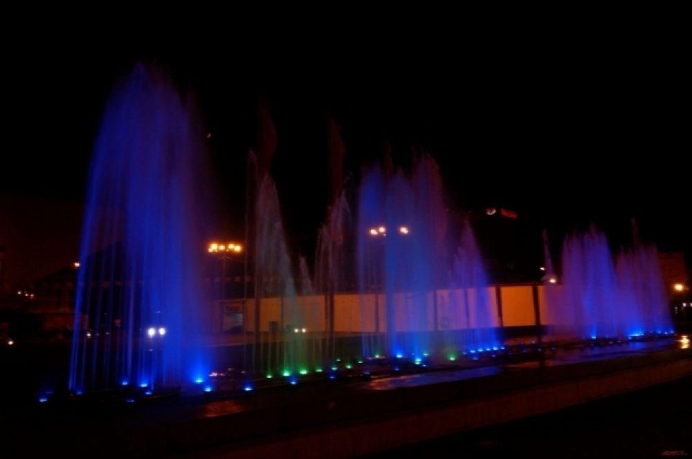 Из-за фонтанов ночной Иркутск стал цветным.