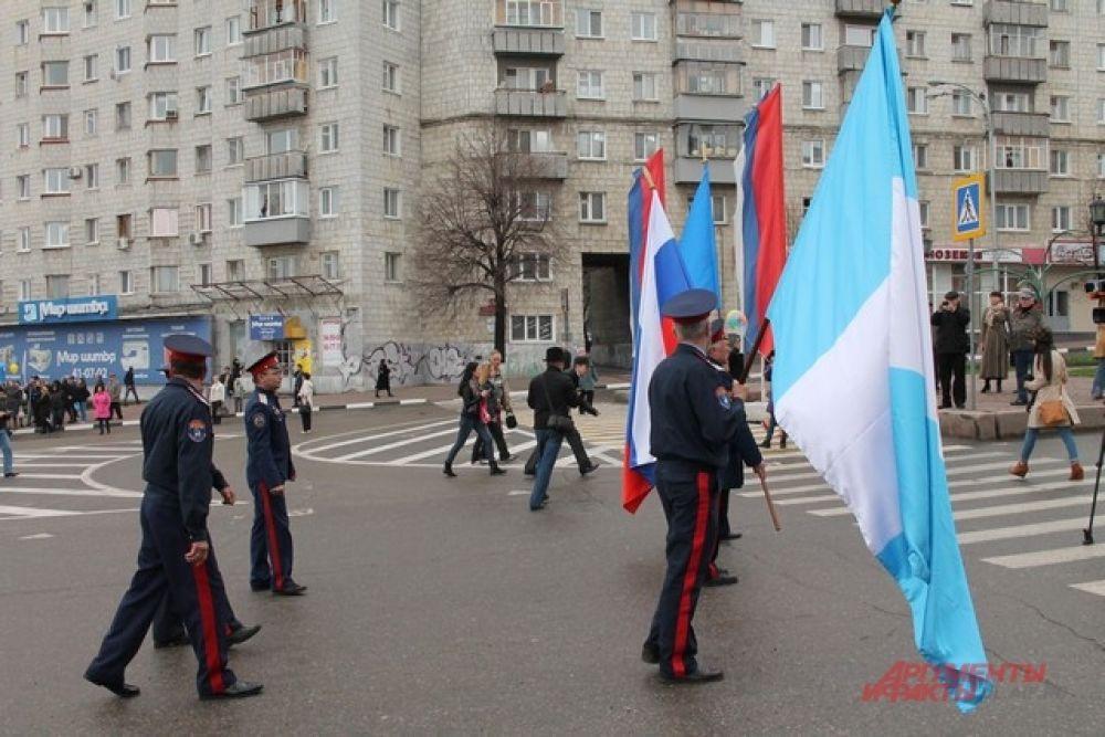 Первыми шли казаки с флагами России, области и города.