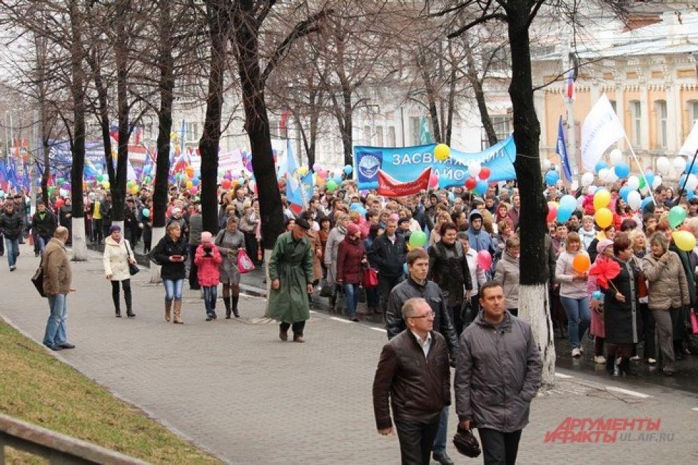 Многотысячная толпа прошла через весь центр.