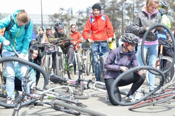 Для велосипедистов проводили различные соревнования.