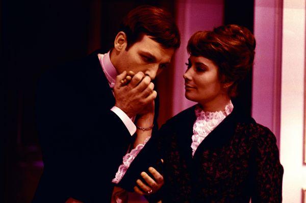 В студенческие годы Самойлова познакомилась с актёром Василием Лановым, но их брак распался через три года – сразу после выхода на экраны фильма «Летят журавли», сделавшего актрису звездной национального масштаба.