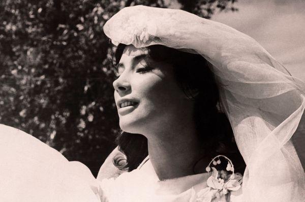 Сама актриса на этом фестивале была удостоена премией фестиваля «Апельсиновое дерево» как «Самая скромная и очаровательная актриса». Её звали играть Анну Каренину в голливудской экранизации, однако по решению властей СССР за рубеж актрису не выпустили.