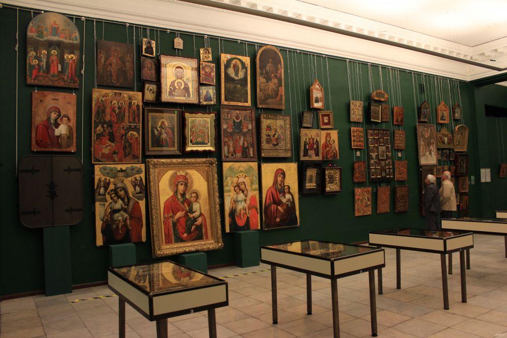 На выставке представлены старопечатные книги, иконы, картины, вазы и скульптуры