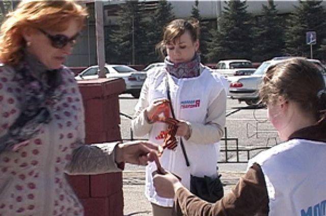 В Омске раздают георгиевские ленточки.