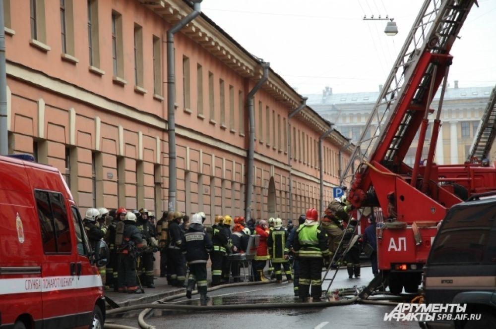 Пожарным пришлось забираться на чердак.