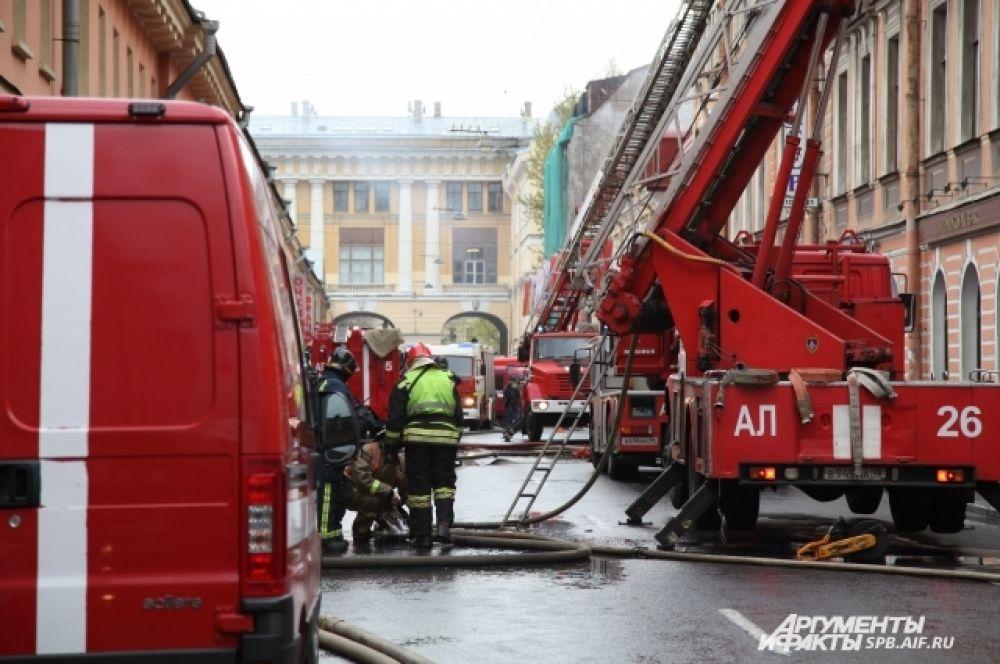 В настоящее время пожарные проливают и разбирают сгоревшие перекрытия.