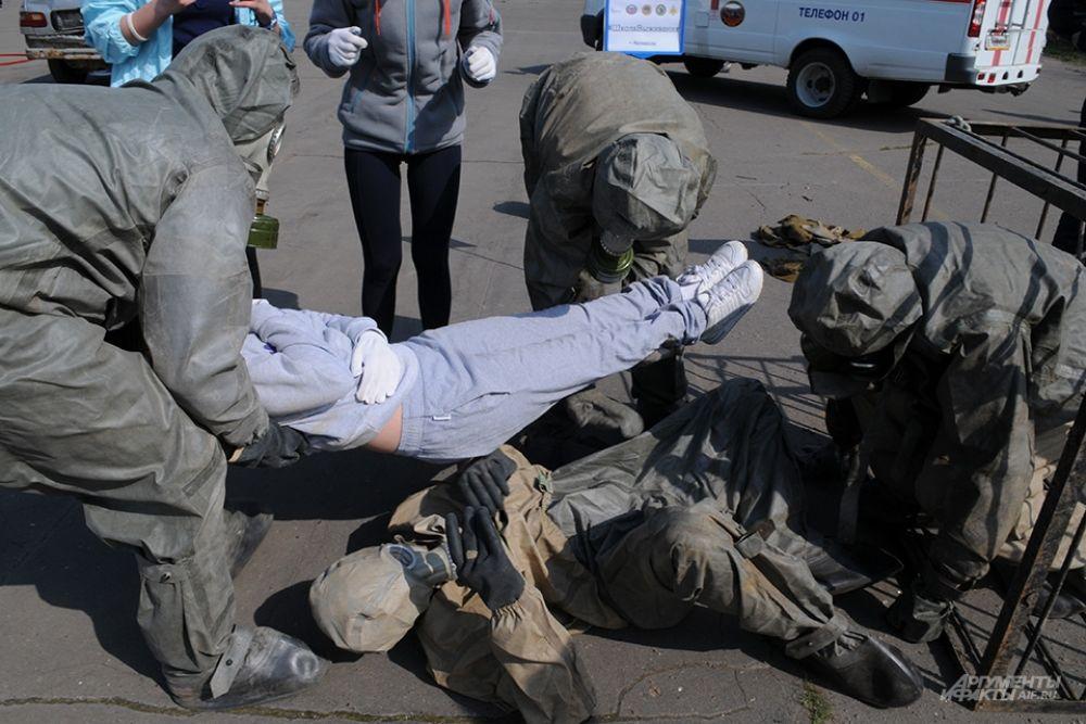 В одном из соревнований участники также имитировали действия пожарных и оказание помощи пострадавшим при задымлении.
