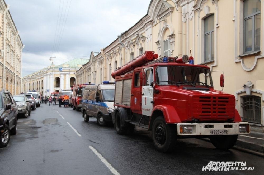 Пожарным удалось пресечь распространение огня на соседние здания.