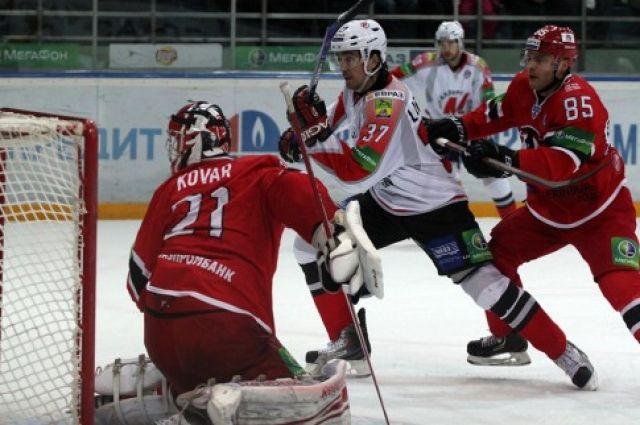 ХК «Автомобилист» заключил контракт с нападающим Евгением Лапенковым
