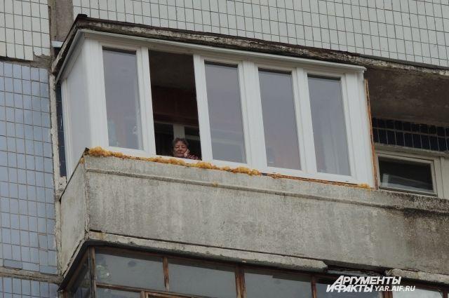 Житель архангельска упал при попытке залезть в квартиру чере.