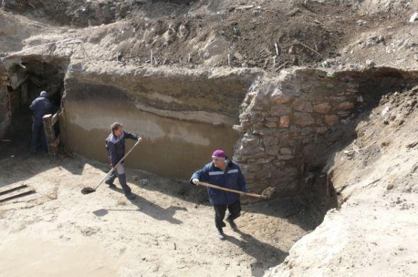 На одном из раскопов наткнулись на каменные стены - вероятно, остатки пороховых складов.