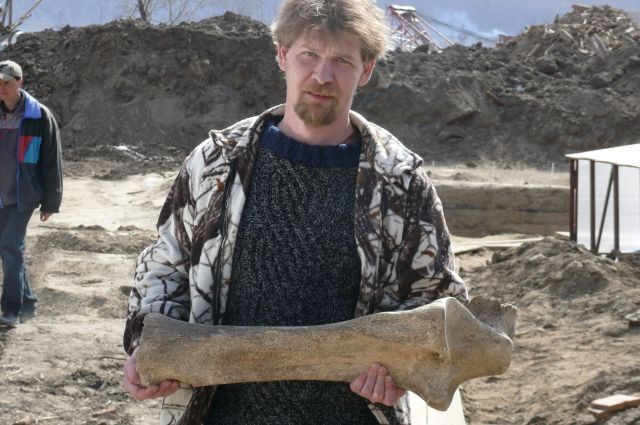 Иван Стасюк с бедром мамонта.