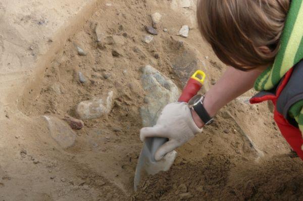 Знатоки предвкушают интересные открытия, столь крупных раскопок в городе ещё не было - сантиметр за сантиметром археологи приоткрывают завесу тайны над жизнью сибиряков каменного века.