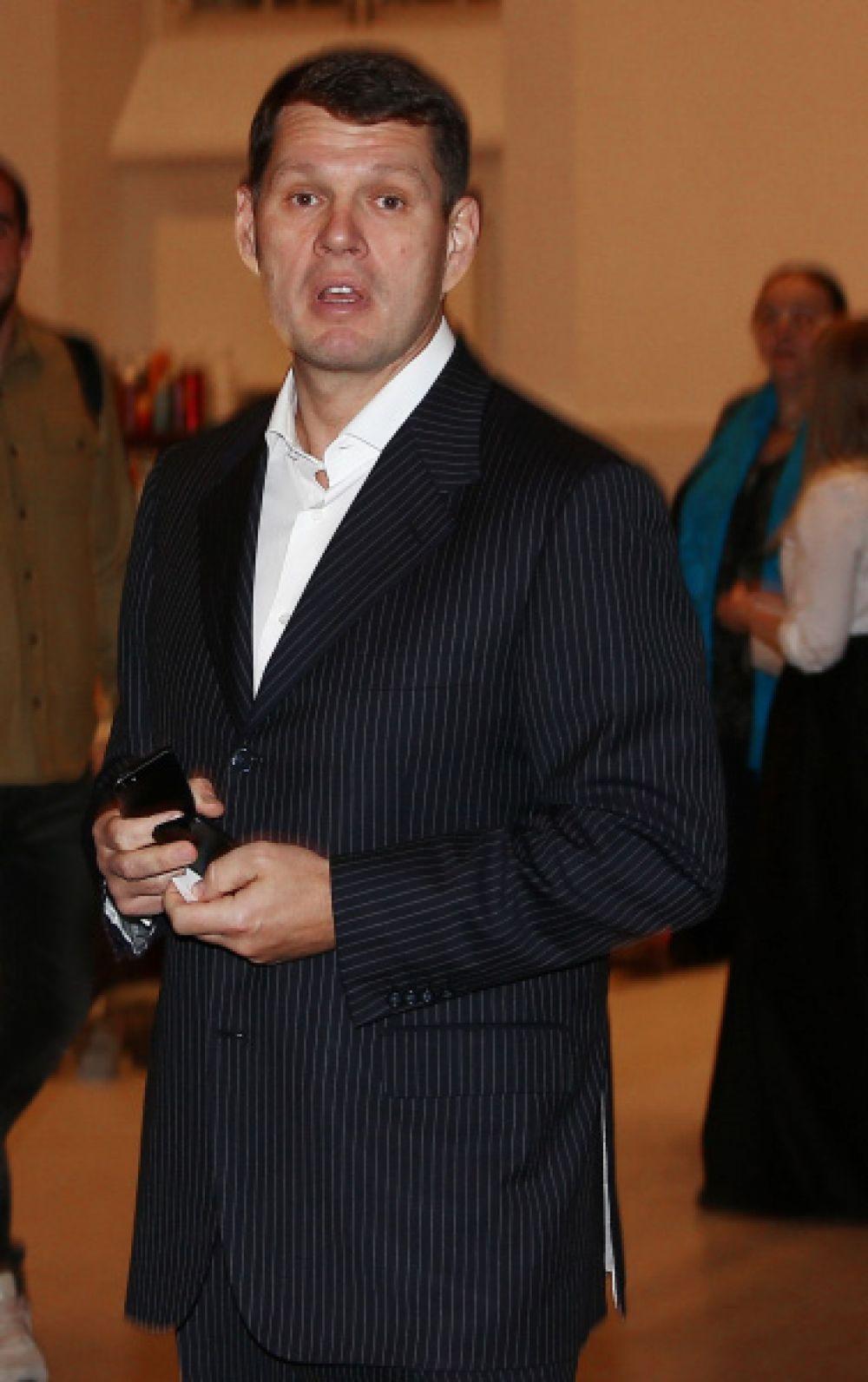 Александр Светаков уже был женат, но в 2009 году развёлся. Сейчас состояние 46-летнего бизнесмена оценивается в $3,1 млрд. У Светакова трое детей.