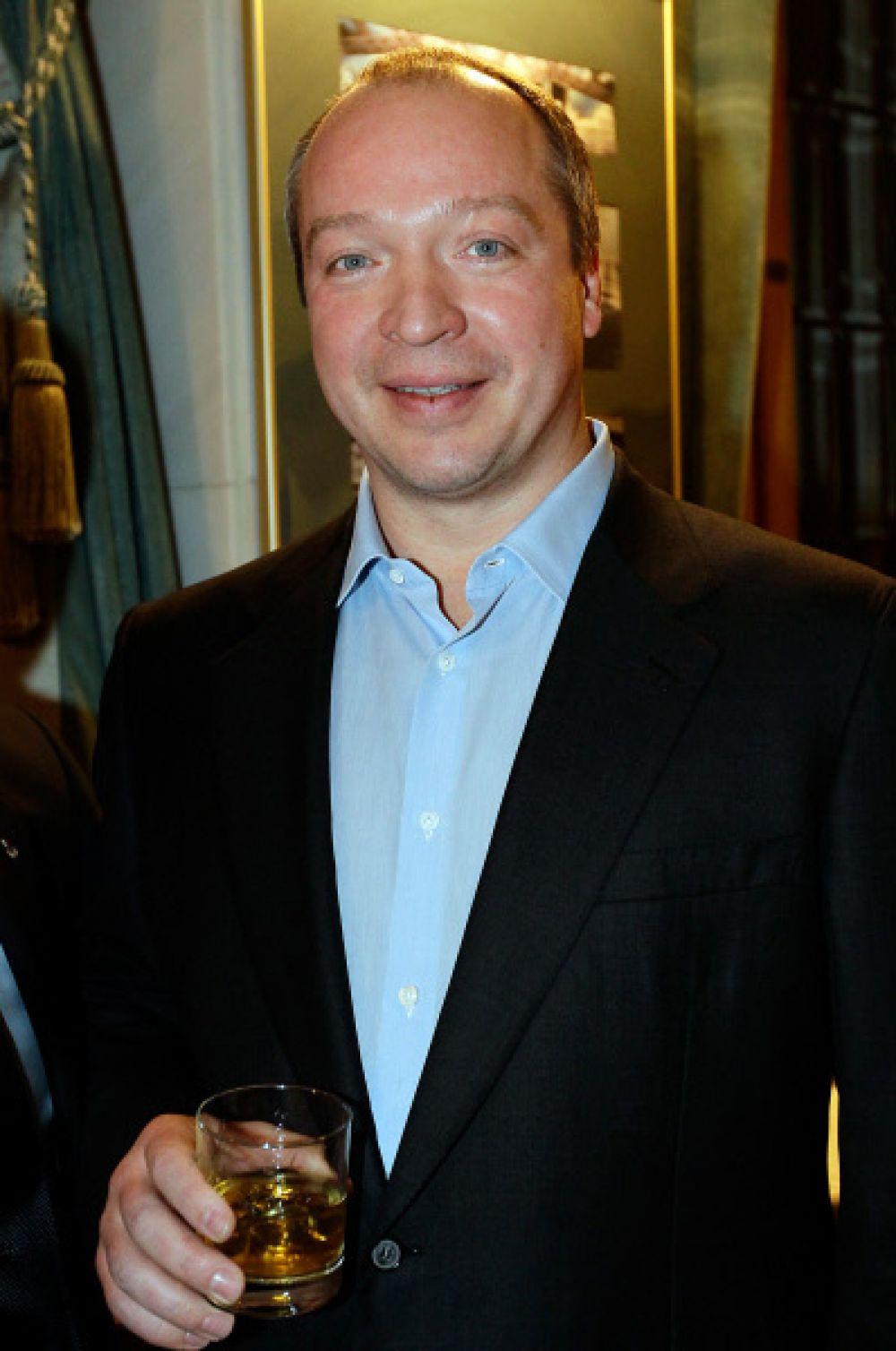 48-летний депутат от «Единой России» Андрей Скоч уже был женат – последний из его браков был заключён летом 2011 года. Впрочем, сейчас Скоч снова не женат. Состояние депутата оценивается в $8,2 млрд.